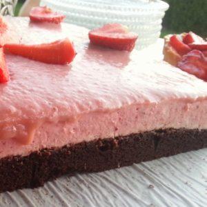 Mocno czekoladowe ciasto z musem truskawkowym pod truskawkowym curdem :)