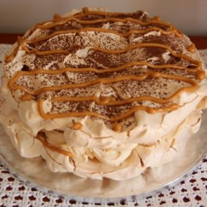 Bezowy tort kajmakowy