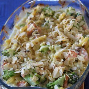 Zapiekanka makaronowa z łososiem i brokułami