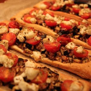 Tarta z pieczonym bakłażanem, pomidorkami i serem feta