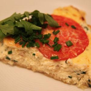 Tarta z ricottą, cebulą i pomidorami na cieście francuskim