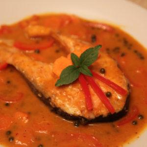Łosoś z zielonym pieprzem w czerwonym curry
