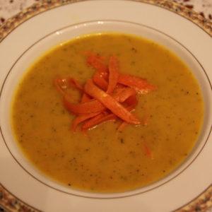 Zupa dyniowa z cukinią i marchewkowym pappardelle