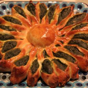 Drożdżowe słoneczko ze szpinakiem