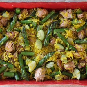 Ryż z pieczonym łososiem, szparagami i cukinią