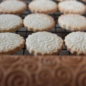 Maślane ciasteczka z wzorkiem, wałkiem ozdabiane