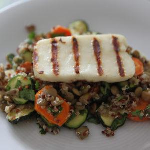 Sałatka z quinoa, pieczonymi warzywami i serem halloumi