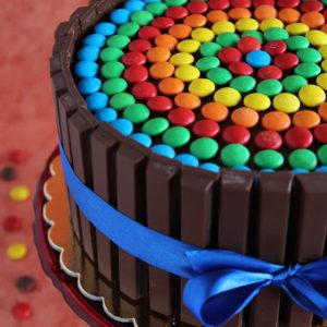 Tęczowy tort z m&m's