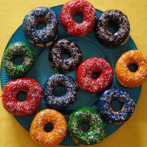 Donuty - amerykańskie pączki z dziurką i kolorowym lukrem