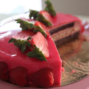 Tort czekoladowy z musem karmelowo-truskawkowym i żelką jagodową
